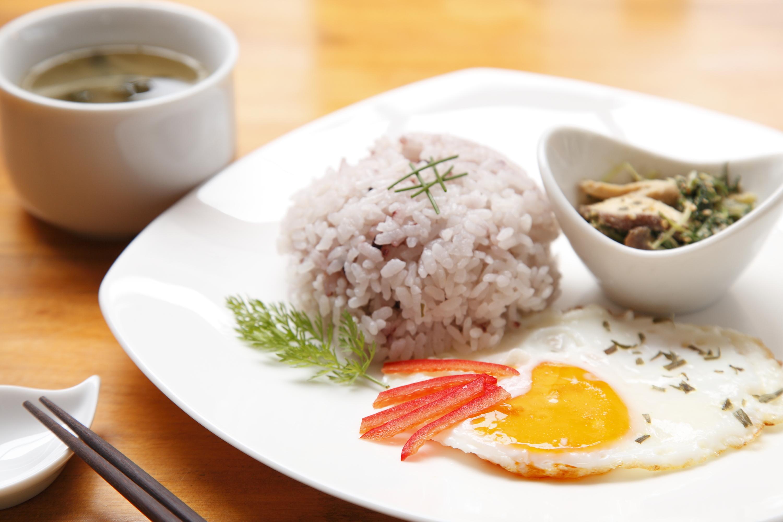 水菜とシイタケの洋風ゴマあえ& タラゴン風味の目玉焼き